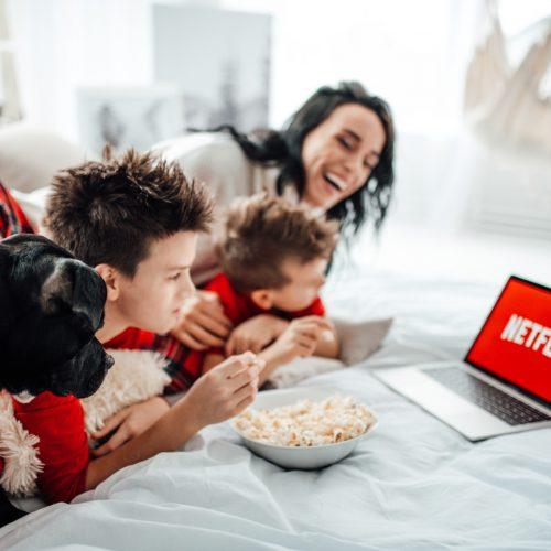 netflix-christmas-time-winter-holiday-holiday-pets-watching-movies-kids-using-technology_t20_ZY948o